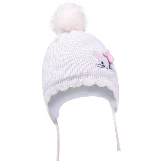 biała czapka wiązana z pomponem dla dziewczynki na wyjście ze szpitala